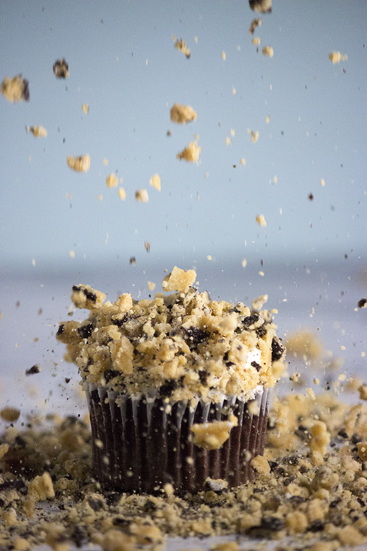 Dense Chocolate Cupcakes with irresistible #oreo brittle